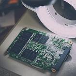 Otvoren SSD disk ispod mikroskopa