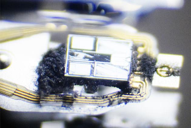 Glave-hard-diska-pod-mikroskopom